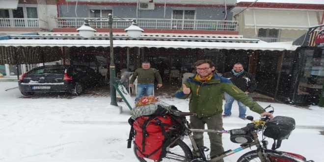 Ο Γάλλος που με το ποδήλατό του ταξίδεψε σε 15 χώρες του κόσμου βρέθηκε στην Καρυώτισσα Πέλλας! (συνέντευξη-φωτο)